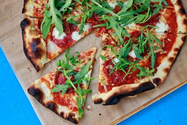 Plaatpizza met zalm, geitenkaas en courgette